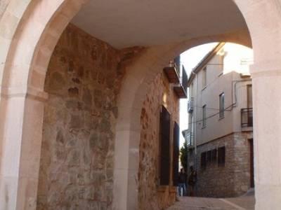 Antigua puerta de la muralla de Sigüenza; senderos españa
